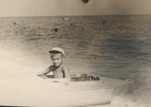Внучек Серёжа в любимой байдарке на Золотом. 1956 год.