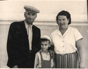 С дедом Володей и бабой Ниной у нового дома. Им нет ещё и 50-и... 1956 год.