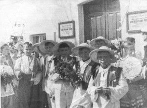 На снимке 1960 года - 3Б на Первомайской демонстрации, у музея. Справа налево Шапарь, Румянцев, Григорьевский, Арустамов, Онкин, Лелеко (жаль - без шляпки...),и Буленкова.