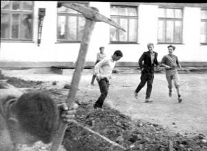 Серёга киркой машет (?!), а Груздь, Руса и Янака поигрывают во дворе...