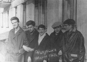 """1967 год. Во дворе Дюкова и Арустамова """"тусуются"""" Миша Куликов, я, Юра Дюков, Серёжа Арустамов и Саша Онкин. До окончания школы всего ничего..."""