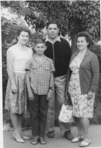 А это мы с мамой в отпуске в Феодосии с С.И.Криворученко и его женой.Примерно 1964 год.