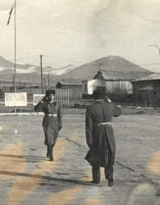 Главный инженер части майор Лелеко докладывает командиру части майору Мерзлову во время торжественного построения 32 февраля 1983 года. Улан-Батор.