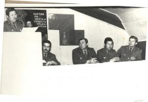 Замполит в/ч 150 МНА Дивангар зачитывает поздравление нашей части с 23 февраля. Клуб нашей части, 1984 год.В центре - командир части майор С.Пискунов, права - гл.инженер майор С.Лелеко.