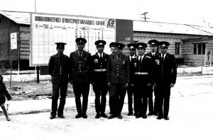 Командир части майор Пискунов с замами и командиром роты Казбановым у штаба части.