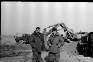 Командир части подполковник Володя Мерзлов и замполит майор Толя Шамрай в карьере.