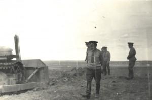 Командир бригады полковник Белов наблюдает за работой Д-384 на первой выемке. Ст.Айраг.