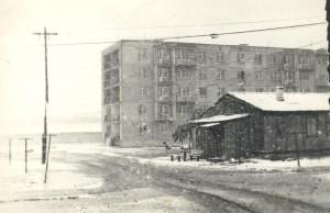 Дом барачного типа - моё первое жильё в Улан-Баторе. Дальше виден дом, где была новая квартира. Снег в июне 1984 года.