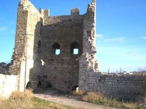А это намытый за эти же века грунт в башне Криско. Пульпа выливалась через бойницы...