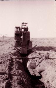 Э-305 с доработанным ковшом и волокушей на отрывке водоотводной канавы.