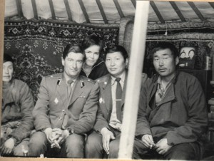 В юрте егерей с майором Энхжавом.