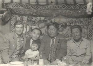 В юрте Баадамдоржа рядом с Гомбожавом, на руках которого внук Баадамдоржа (у меня сейчас есть такой же), дарга с соседнего сомона и сам хозяин. 1983 год.