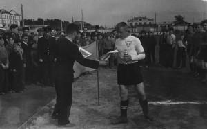 """Капитан """"Торпедо"""" Геннадий Гусев получает приз из рук Н.И.Белоусова. Стадион """"Центральный"""", примерно 1958-1960 годы."""