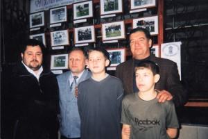 """На итоговую фотовыставку молодёжной фотостудии 2002 года приехала программа """"Город"""" с Антоном Яшковым. ДКЖ."""
