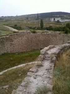 Вид защитно-водоотводного рва с южной башни.