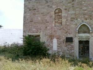 Стены церкви Архангелов Гавриила и Михаила выглядят ветхо - много трещин. Почему же? Только из-за потоков воды, подмывавшей здание многие века!