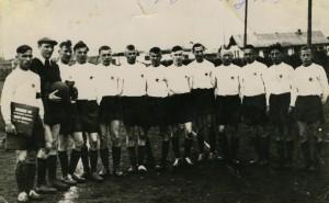 """ФК """"Звезда"""", шестой справа - Ю.Ежеменский. Первый - Ю.Токаревских. 1956 год."""