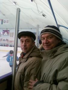 С Володей Гуриным на хоккее, болеем за его внука Ивана. Тюмень, 2008 год.