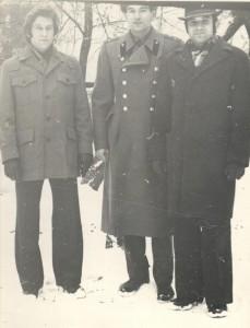 """Зимой 1975 года с одноклассниками: Юра Дюков (слева) - приехал из Москвы, Серёга Арустамов - слева. По центру - лично """"воспитатель португальцев""""..."""