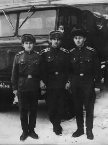 """Командир второго отделения Мирон Здреник, я и Коля Ситало - """"руководство"""" нашего взвода почти в полном составе. Зима 1970 года, на плацу."""