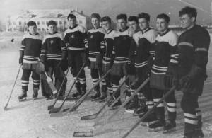 """ХК """"Звезда"""" Тюмень, 1960 год. Первый слева - Пушников, 4-й  -  Тренёв."""