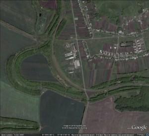 """Вид выемки перегона Заломное - Осколец из Гугла. Слева - старая """"петля"""" пути 1943 года постройки."""