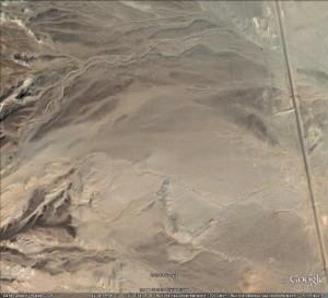 Железная дорога Сайн Шанд - Дзун Баян (справа), слева - отроги горы Хар Уул. Из Космоса можно до сих пор рассмотреть дамбу, примыкающую к насыпи! Водоотводы, предполагаю, давно засыпаны песком.