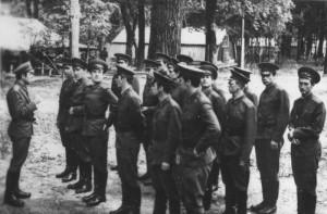 """Командир учебного отделения капитан А.И. Онищенко (слева) что-то """"втолковывает"""" своим коллегам - слушателям. ВАТТ, 70-е годы прошлого столетия."""