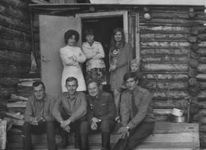 Сидят Малахов, Павловский, Амелёшин и Лелеко. Стоят боевые подруги Саньков и Паши. На крыльце дома Виктора Букреева.