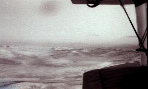 Под крылом АН-2 пустыня...