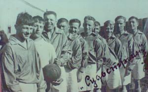 """ФК """"Судостроитель"""" Тюмень. Нападающий Ганжук - шестой слева. 1939 год."""