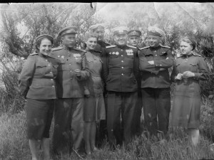 Капитан медицинской службы И.В. Шквиря (второй справа) среди сослуживцев-лётчиков Черноморского флота. 1944 год.
